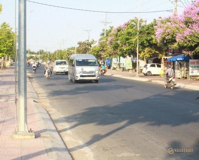 Là đầu mối giao thông quan trọng, TX Bình Minh có giao thương nhộn nhịp cả đường thủy và đường bộ.